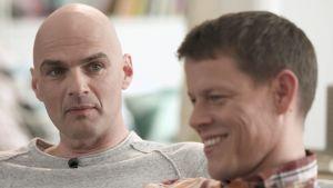 Peter och Johan i soffan.
