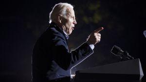 Vicepresident Joe Biden talar inför en mikrofon.