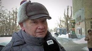 Pensionerade Anatolij Osovitskij undervisar i radiofysik.