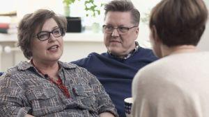 Åsa och Peppe Krook samtalar med Maria Sundblom Lindberg.
