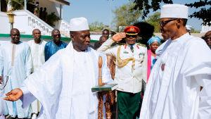Gambias president Yahya Jammeh (till vänster) välkomnar Nigerias president Muhammadu Buhari för krissamtal. Jammeh har vägrat godkänna sin förlust i Gambias presidentval och har utlyst undantagstillstånd i landet.