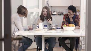 Maria Sundblom Lindberg, Alva Gäddnäs och Alex Westerlund vid matbordet.