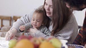 Alva och Alex pysslar med familjens yngsta.