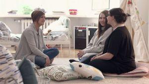 Maria Sundblom Lindberg, Alva och Katarina Gäddnäs sitter på golvet.