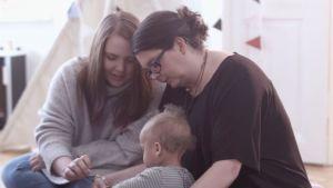 Alva och mormor Katarina Gäddnäs med familjens yngsta.