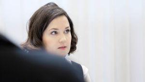 Undervisningsminister Sanni Grahn Laasonen: Försök att slopa skolsvenska