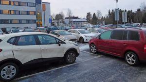 Parkeringen vid Mellersta Österbottens centralsjukhus.