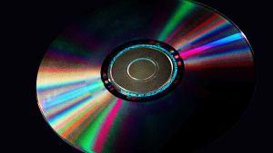 CD-levy, värikkäitä heijastuksia pinnassa