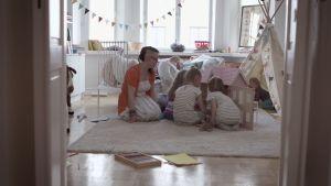 Petra Grönqvist med man i sovrummet med barn.