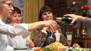 Samppanjaa kaadetaan laseihin naistenpäivän juhla-aterialla Hatsinassa.