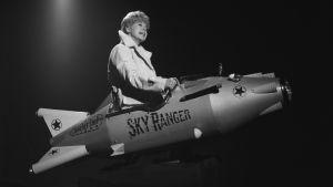 Brita Koivunen lentää raketilla ohjelmassa Iskelmäkarusell