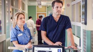 Holby Cityn sairaala: sairaanhoitaja Cara Martinez (Niamh Walsh) ja sydänlääkäri Oliver Valentine (James Anderson).
