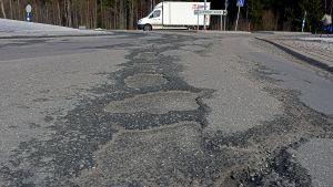 Hål och sprickor i asfalten i Runsor.
