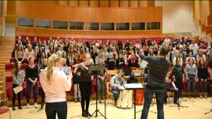 160 skolelever sjunger och musicerar i kör