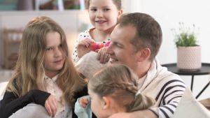 Viktor med barnen.