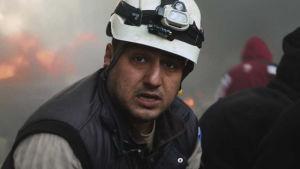 Vapaaehtoiset valkokypärät etsivät ihmisiä pommien jättämistä raunioista. He yrittävät auttaa Aleppon asukkaita.