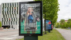 Användning av Helsingfors stads nya visuella identitet i gatubilden.