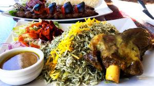 Kuvassa iranilainen ruoka-annos, jossa riisiä ja lampaanpotkaa