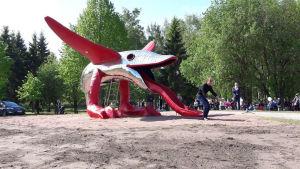 Konstverket Lucius Alienus i Centralparken i Pargas.