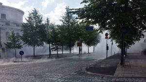 Fjärrvärmerör sprang läck i Helsingfors.