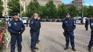 Polisen har omringat demonstrantlägret på Järnvägstorget.