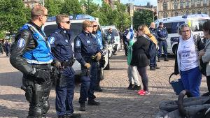 Polisen driver bort demonstranterna i Suomi Ensin-lägret. Järnvägstorget i Helsingfors, 26.6 2017.