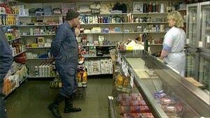 Aila Sairanen palvelee asiakkaita kaupassaan.