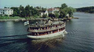 Saimaalla oli vielä 1950-luvulla vilkas laivaliikenne. Matkustajat saattoivat ihailla Saimaan maisemia sisävesihöyrylaivojen kyydistä.