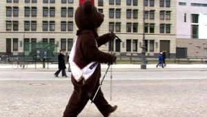 Karhu sauvakävelee Berliinissä.