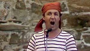 Jorma Falck laulaa oopperajuhlan karonkassa.