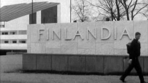 Urho Myllymäki kävelee ulos Finlandia-talosta