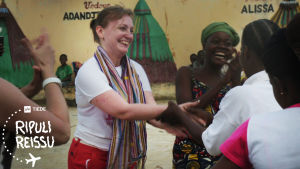 Reetta tanssii beniniläisnaisten kanssa.