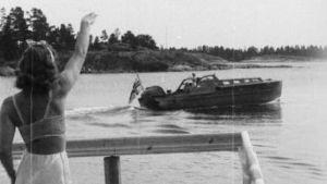 Kvinna vinkar på Åland.