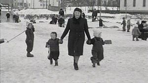Äiti ja lapset puistossa.