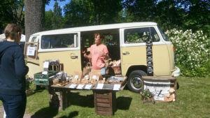 Jonna Panelius säljer bröd på en reko-utdelning.