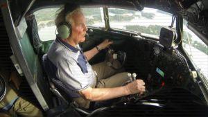 DC-yhdistyksen ohjaaja Pentti Niemi lentää OH-LCH:lla Helsingin yllä kesäkuussa 2017