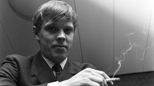 Vesa-Matti Loiri savuke kädessään (1969).