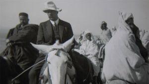 Antropologen Edvard Westermarck rider, förmodligen i Marocko i början av 1990-talet.