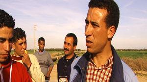 Marokkolaiset miehet haastateltavina