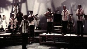 Septeto Son yhtye lopettamassa esitystä Ylen studiossa.