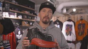 Räppäri Brädi kädessään Air Jordanin malli 12, joka tunnetaan myös nimellä Flu Game.