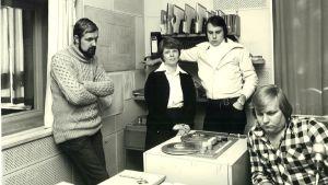 """Fyra personer kring en radiobandspelare. De heter Rolf Wessman, Dorrit Krook, Kenneth Gröndahl och Carl-Henrik """"Cucke"""" Ekström."""