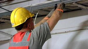 Elektriker drar ledningar.