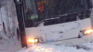 Buss i diket i snöstormen