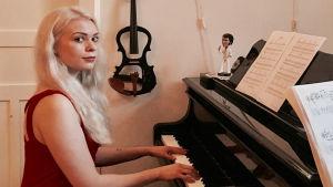 Emiliana Skoog vid flygeln