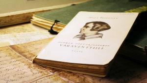Hilja Valtosen teos Nuoren opettajattaren varaventtiili vanhojen kirjeiden päällä