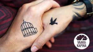 Kuvassa kaksi kättä kosettavat toisiaan. Toiseen käteen on tatuoitu häkki, toiseen käteen lintu.