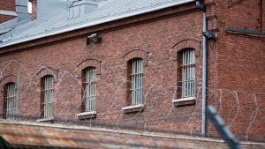 Fängelsebyggnad i rödtegel.