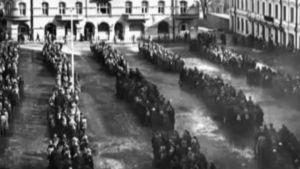 Valkokaartilaisia riveissä rakennuksen pihalla (1918).