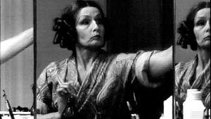 Marja Korhonen katsoo itseään peilistä (1972).